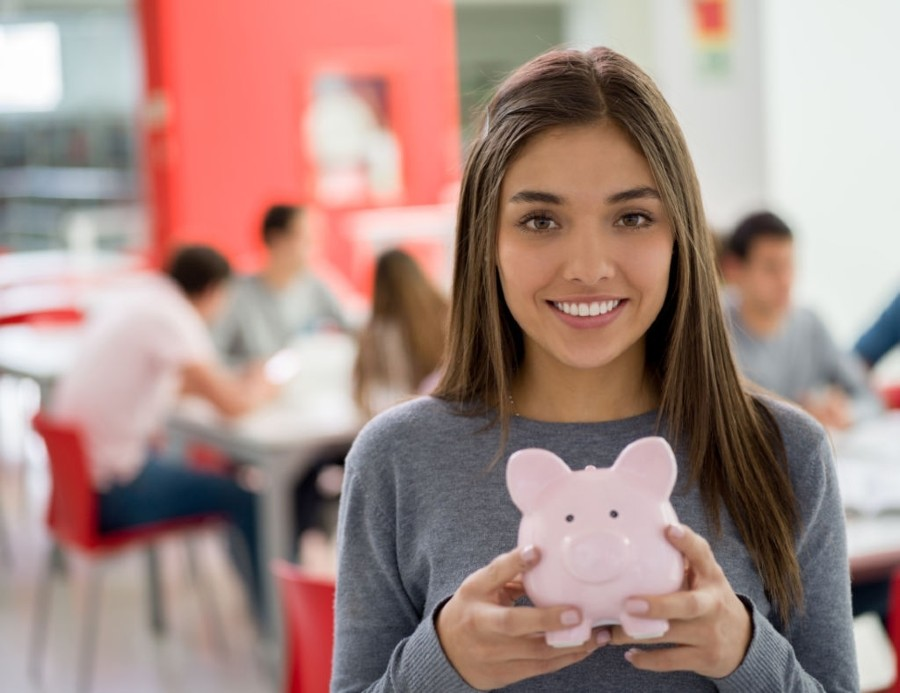 HOW STUDENTS CAN MANAGE THEIR FINANCES AND SAVE MONEY (1)
